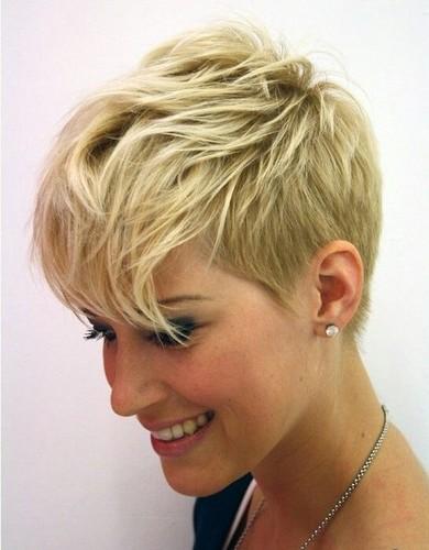 beau coupe de cheveux nuque courte